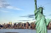 нью-йорк на фоне линии горизонта на реку гудзон — Стоковое фото