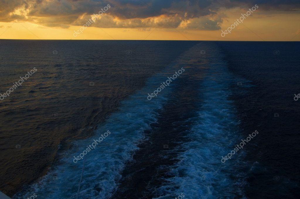 Photo capture view from a ship ocean liner at late evening sunset — Stock Photo #3960169
