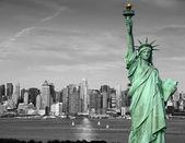Concept de tourisme new york city skyline statue liberté — Photo