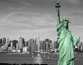 Concept de tourisme new york city skyline statue liberté — Photo