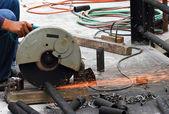 Taglio del tubo metallo operaio — Foto Stock