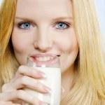 chica hermosa adolescente bebiendo leche — Foto de Stock