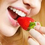 ευτυχισμένη γυναίκα τρώει φράουλα — Φωτογραφία Αρχείου