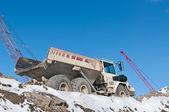 Kışın bir inşaat sitesinde damperli kamyon — Stok fotoğraf