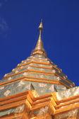 Ogromna złota pagoda w błękitne niebo. — Zdjęcie stockowe