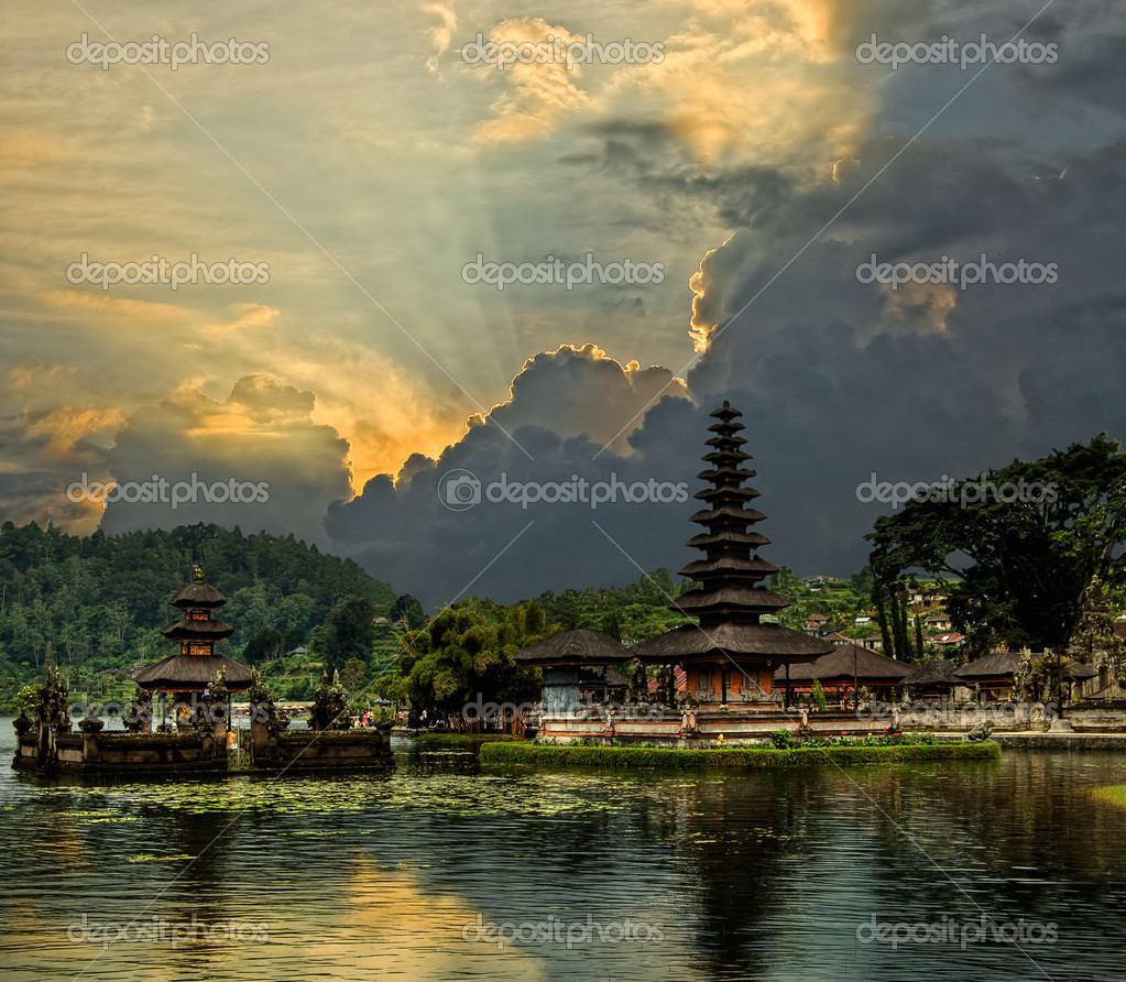 Water temple in Bali — Stock Photo #3936349