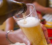 Verter cerveza — Foto de Stock