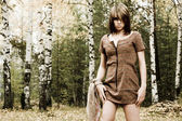 Belle jeune femme en automne parc — Photo