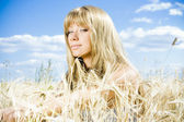 Beautiful blond girl at the field — Stock Photo