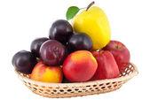 Fruta madura jugosa en un jarrón de mimbre — Foto de Stock