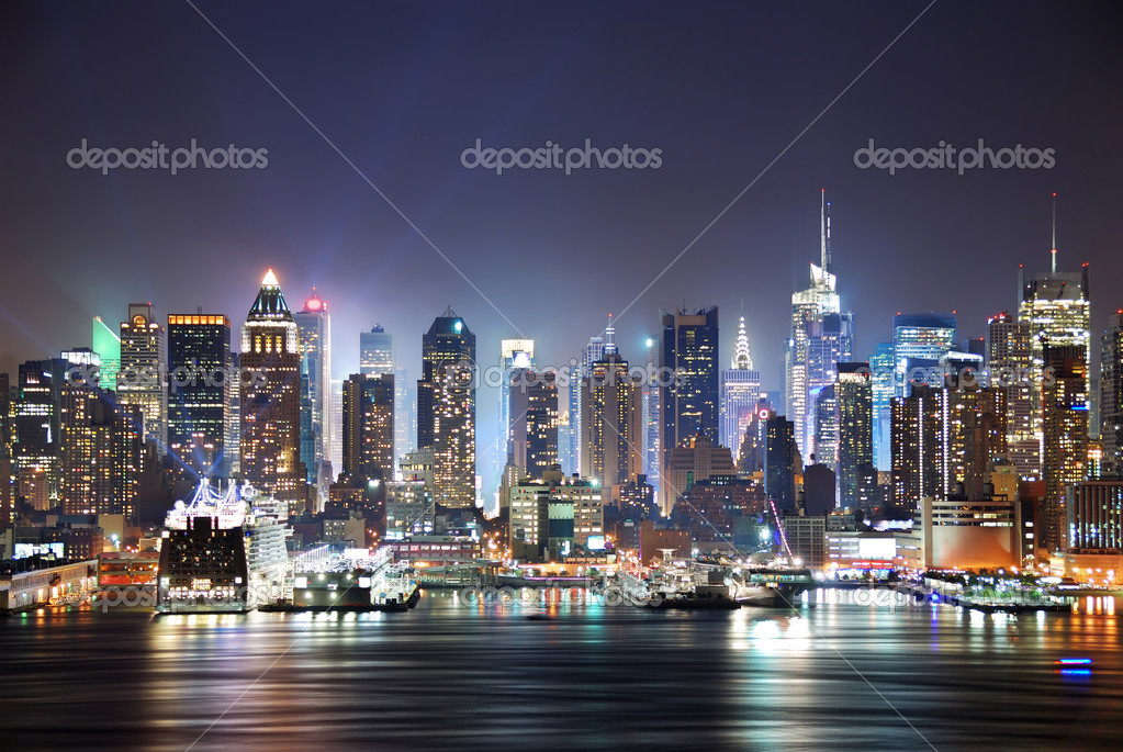 New York City Manhattan skyline panorama at night over Hudson River with refelctions viewed from New Jersey — Foto Stock #3946078