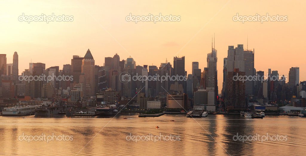 Manhattan urban skyline panorama in New York City at sunrise over Hudson River — Stock Photo #4001093
