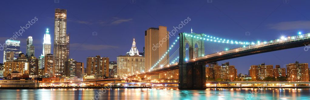 New York City Manhattan skyline panorama with Brooklyn Bridge and office skyscrapers building in at dusk illuminated with lights at night — Lizenzfreies Foto #4001751