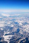 Letecký pohled na zasněžené hory — Stock fotografie