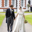 Foto Stock: Bride and Groom outside stately home