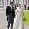 Bride and Groom outside stately home — Stockfoto