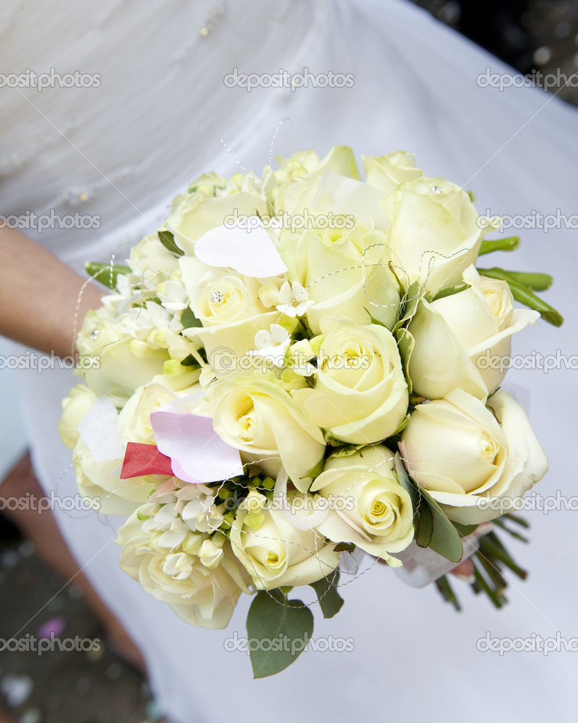 Bride's bouquet of cream roses with confetti — Stock Photo #4018639