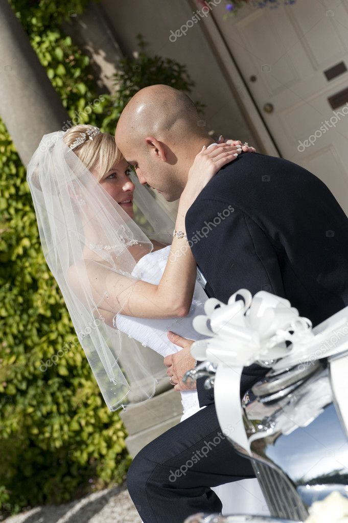 Intimate moment captured between a beautiful bride and groom — Stock Photo #4018845