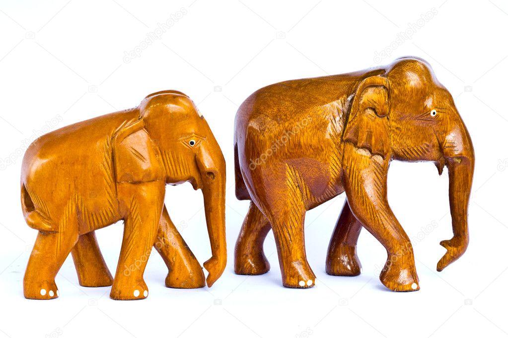 从孤立的白色上一起散步的木头雕刻的棕色大象— 照片作者 korat