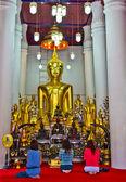 Três mulheres em frente a imagem de Buda na Igreja de Buda — Fotografia Stock
