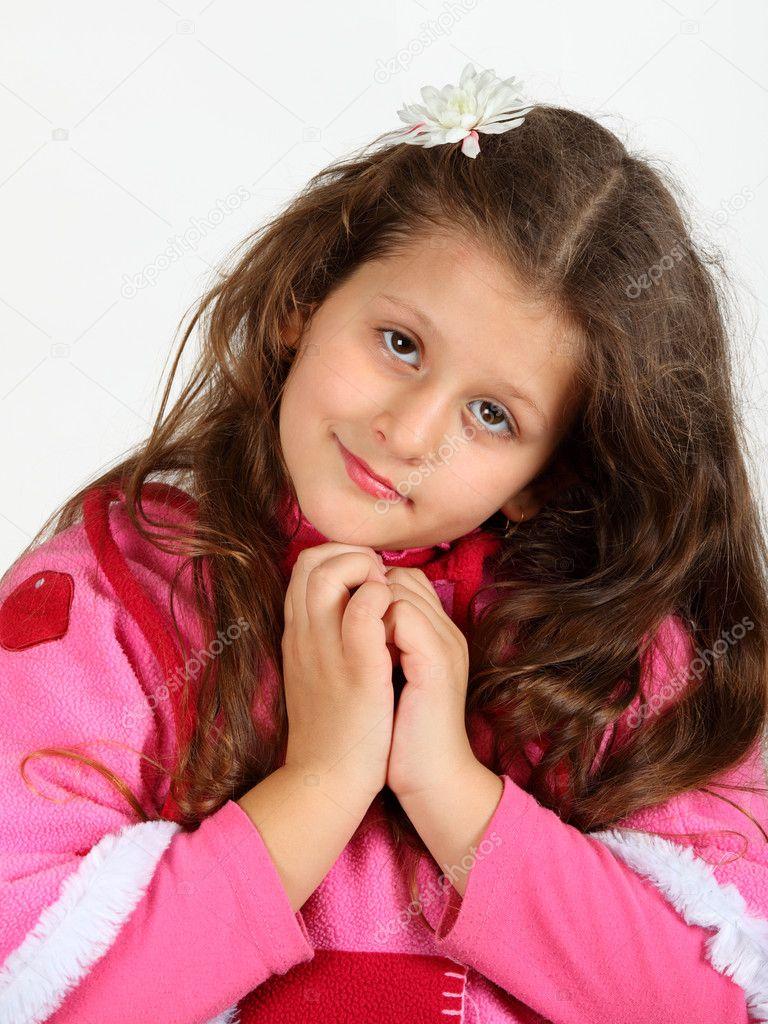 可爱的小女孩,在白色背景上的长头发