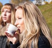 Dvě dívky pití čaje — Stock fotografie