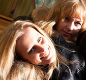 Twee meisjes glimlachen — Stockfoto