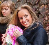 两个女孩与一个礼物 — 图库照片