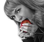 Young girl eating red apple — Stock Photo