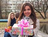Młoda dziewczyna uśmiechający się z obecnym polu — Zdjęcie stockowe