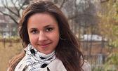 Lächelnde junge frau in einem park — Stockfoto