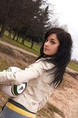 Prertty giovane ragazza bruna con una palla — Foto Stock