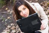 Ganska ung flicka håller en laptop — Stockfoto