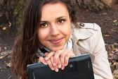 ノート パソコンとかわいい若い女の子 — ストック写真