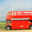 rode dubbeldekker bus over Wit — Stockfoto #4479743