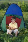 Junge im camping zelt — Stockfoto