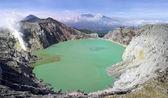 Lago solfatico in un cratere di vulcano ijen — Foto Stock