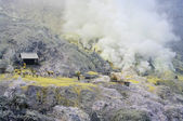 Workers are extracting sulphur inside Kawa Ijen crater — Stock Photo
