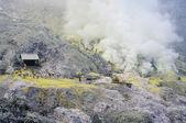 Arbeitnehmer sind schwefel in kawa ijen krater extrahieren — Stockfoto