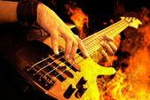 Gitara gra w ogień — Zdjęcie stockowe