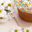 Easter cake and white flowers — Stock Photo