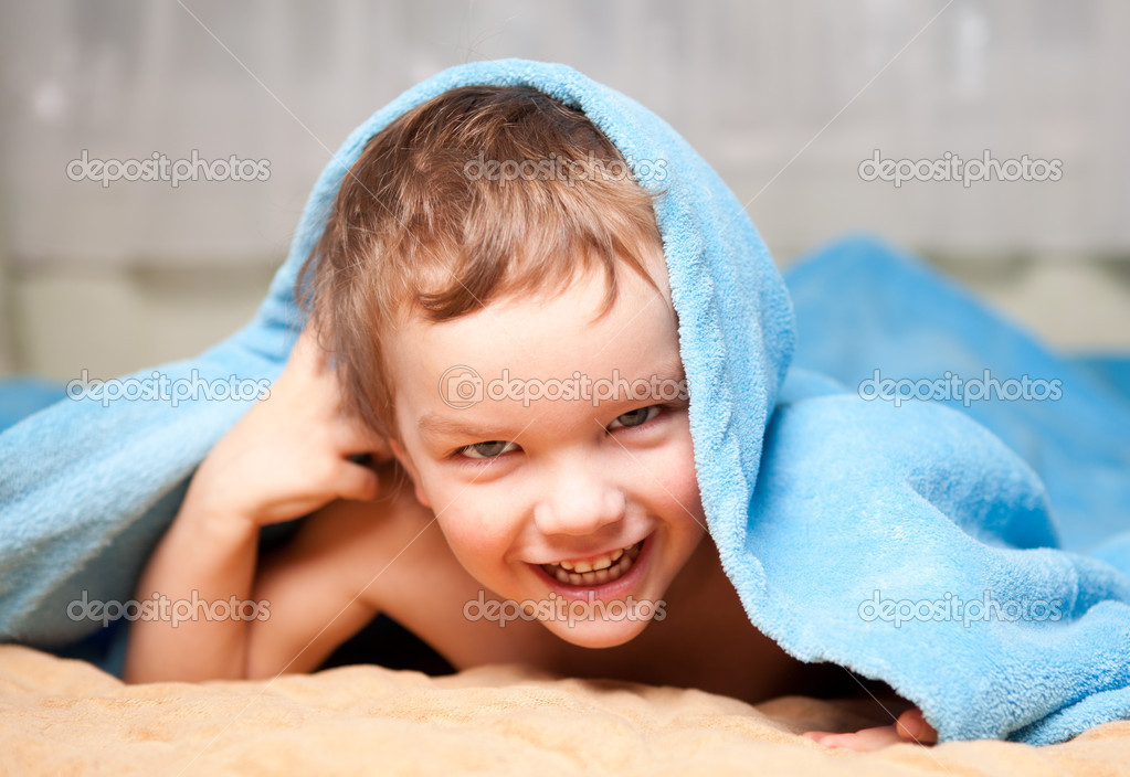 Small boy under a blue blanket — Stock Photo #5081966