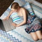 chica con el portátil en la cama — Foto de Stock