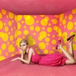 Surprised blonde in pink dress — Stockfoto