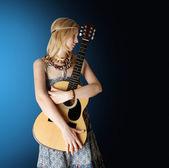 Hippi kız gitar ile — Stok fotoğraf