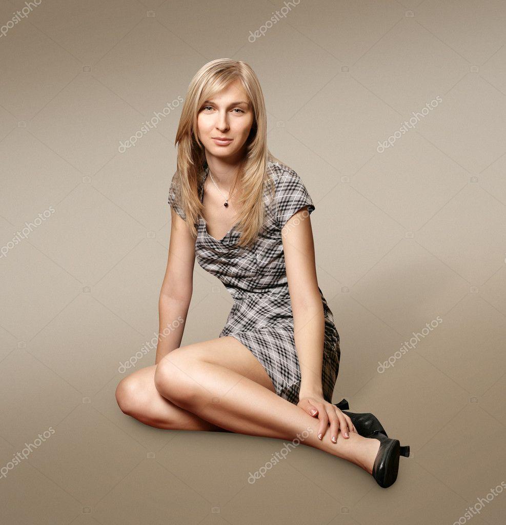 блондинка зашла к боссу в платье