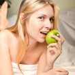 Beautyful woman with green apple — Stock Photo #4981161