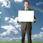 homme d'affaires heureux holding vierge carte blanche à l'extérieur — Photo