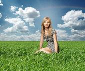 Blondýna v zelené trávě — Stock fotografie