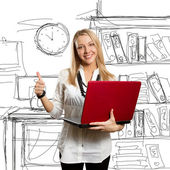 Kobieta z laptopa pokazuje dobrze — Zdjęcie stockowe